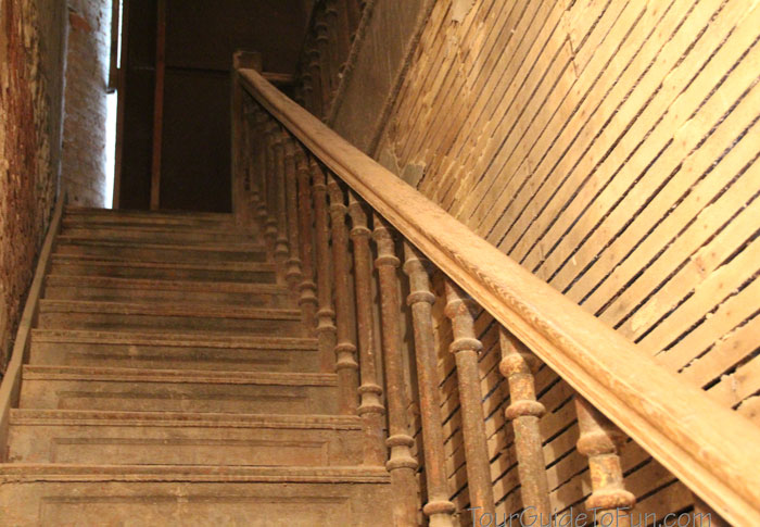 creepy-haunted-stairs-ohio-reformatory
